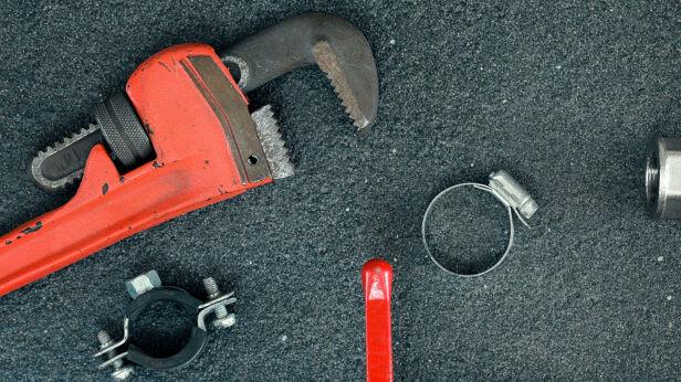 Auta zniszczone kluczem francuskim (zdjęcie ilustracyjne) Shutterstock