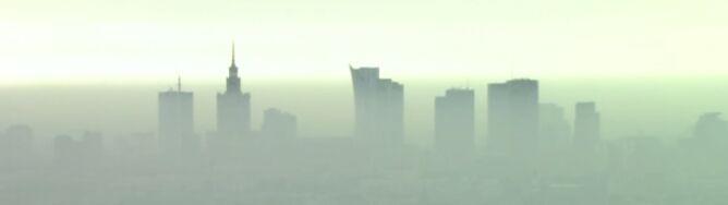 Centrum Warszawy w otoczeniu chmur. Mglisty klimat w stolicy